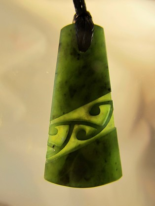 D121 Mana NZ Wedge shaped greenstone pendant with diagonal pattern (4cm)