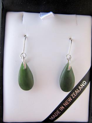JE220 Mana NZ Silver wires drop-shaped greenstone earrings.